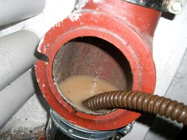 Чистка канализационных труб в частном доме своими руками